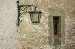 在墙壁的老街灯 免版税库存图片