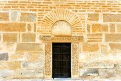 在墙壁的老门在凯鲁万,突尼斯 库存图片