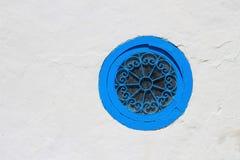 在墙壁的蓝色窗口 免版税库存照片
