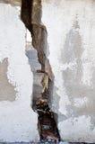 在墙壁的裂缝 免版税库存图片