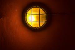 在墙壁的闪亮指示 免版税库存照片