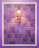 在墙壁的闪亮指示 库存照片