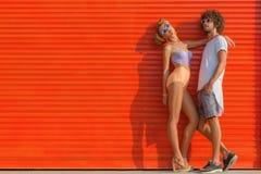 在墙壁的年轻夫妇 免版税图库摄影