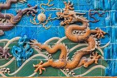 在墙壁的黄色龙形象在北京 免版税库存照片