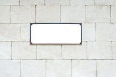 在墙壁纹理的空白的白色标志 图库摄影