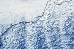 在墙壁纹理的蓝色和白色街道画 图库摄影