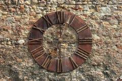 在墙壁背景的古老时钟表盘 免版税库存图片