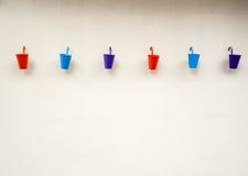 在墙壁背景的小颜色桶 免版税库存照片