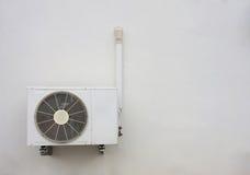 在墙壁背景的空气压缩机 免版税库存图片