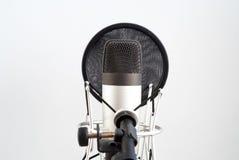 在墙壁背景的话筒立场 声音录音 在空气 库存图片