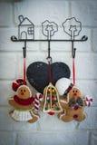 在墙壁背景,圣诞节狂欢节的圣诞节玩偶,每 库存图片