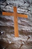 在墙壁里面的教会交叉 免版税库存图片
