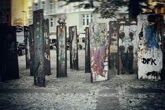 在墙壁铁锈街道汉堡大厦的街道画 图库摄影