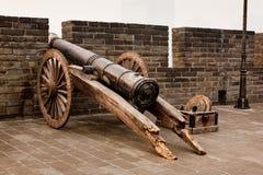 在墙壁门的大炮在羡中国 免版税库存照片