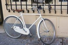 在墙壁附近的一辆停放的自行车 免版税库存照片