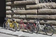 在墙壁附近的一辆停放的自行车 免版税图库摄影