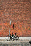 在墙壁附近的自行车 免版税库存照片