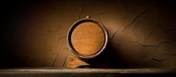 在墙壁附近的酒桶 库存照片