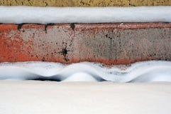 在墙壁附近的雪 背景蓝色雪花白色冬天 库存照片