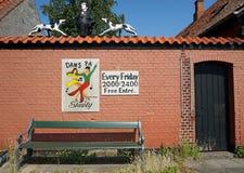 在墙壁附近的绿色长凳 免版税库存图片