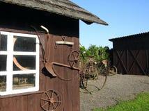 在墙壁,立陶宛附近的老齿轮 图库摄影