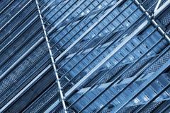 在墙壁,被定调子的蓝色上的现代金属脚手架 免版税库存图片