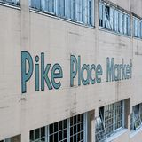 在墙壁,西雅图上的派克集市标志 免版税库存照片