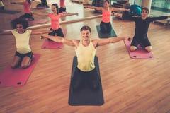 在增氧健身班期间的多种族小组在健身房 库存图片