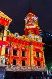 在墨尔本城镇厅上的圣诞灯投射 库存图片