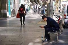 在墨尔本街道场面的年轻商人 库存图片