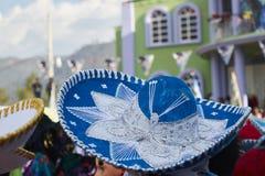 在墨西哥党的66/5000墨西哥charro或墨西哥流浪乐队蓝色帽子 免版税库存照片