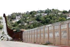 在墨西哥和美国之间的墙壁 免版税图库摄影
