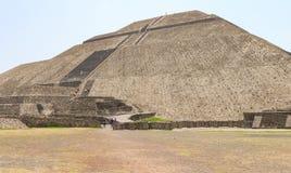 在墨西哥城附近的上升的阿兹台克太阳金字塔 免版税库存图片