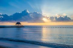 在墨西哥岸的早晨在Puerto莫雷洛斯州 免版税库存图片