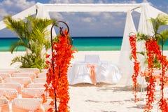 在墨西哥海滩的婚礼准备 免版税库存图片