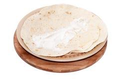 在墨西哥玉米粉薄烙饼涂的年轻希腊白软干酪 免版税库存照片