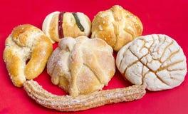 在墨西哥甜传统上添面包 库存图片