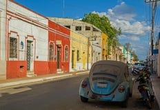 在墨西哥街道上的小汽车 免版税库存照片