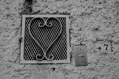 在墨西哥街道上的心形的栅格关闭 免版税库存照片