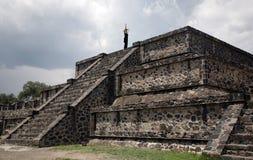在墨西哥金字塔妇女上面 免版税库存照片