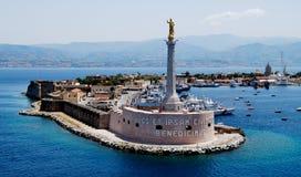 在墨西拿,意大利港的雕象  免版税图库摄影