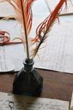 在墨水池的古色古香的翎毛钢笔 免版税库存图片