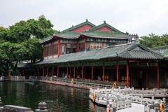 在墨水的广州,广东,中国著名旅游胜地停放,与明代样式建筑学的一个大厦 免版税库存照片