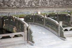 在墨水的广州,广东,中国著名旅游胜地停放,明代建筑风格被雕刻的石桥梁 库存图片