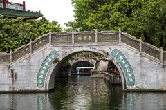 在墨水的广州,广东,中国著名旅游胜地停放,明代建筑风格被雕刻的石桥梁 免版税库存照片
