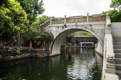 在墨水的广州,广东,中国著名旅游胜地停放,明代建筑风格被雕刻的石桥梁 图库摄影