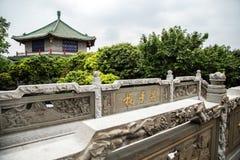 在墨水的广州,广东,中国著名旅游胜地停放,明代建筑风格被雕刻的石桥梁 免版税库存图片