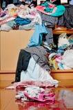 在壁橱的杂乱混乱衣裳 不整洁凌乱的妇女c 库存图片