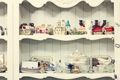 在壁橱的架子,与古色古香的事的餐具柜 库存照片