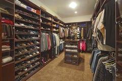 在壁橱的步行与组织的衣物 免版税库存照片